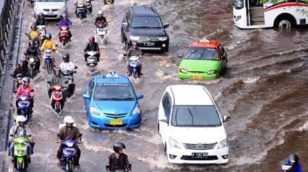 kendaraan merobos banjir