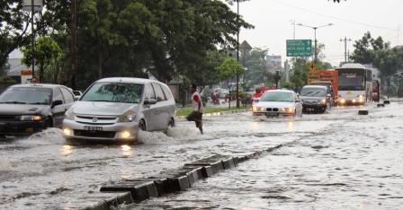 mobil hujan banjir