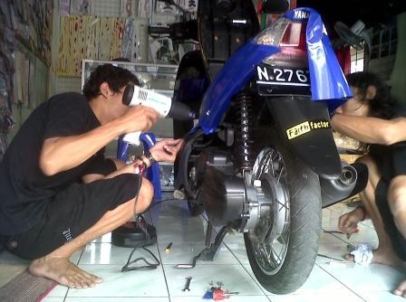 pasang stiker motor