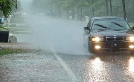 mengendarai mobil hujan