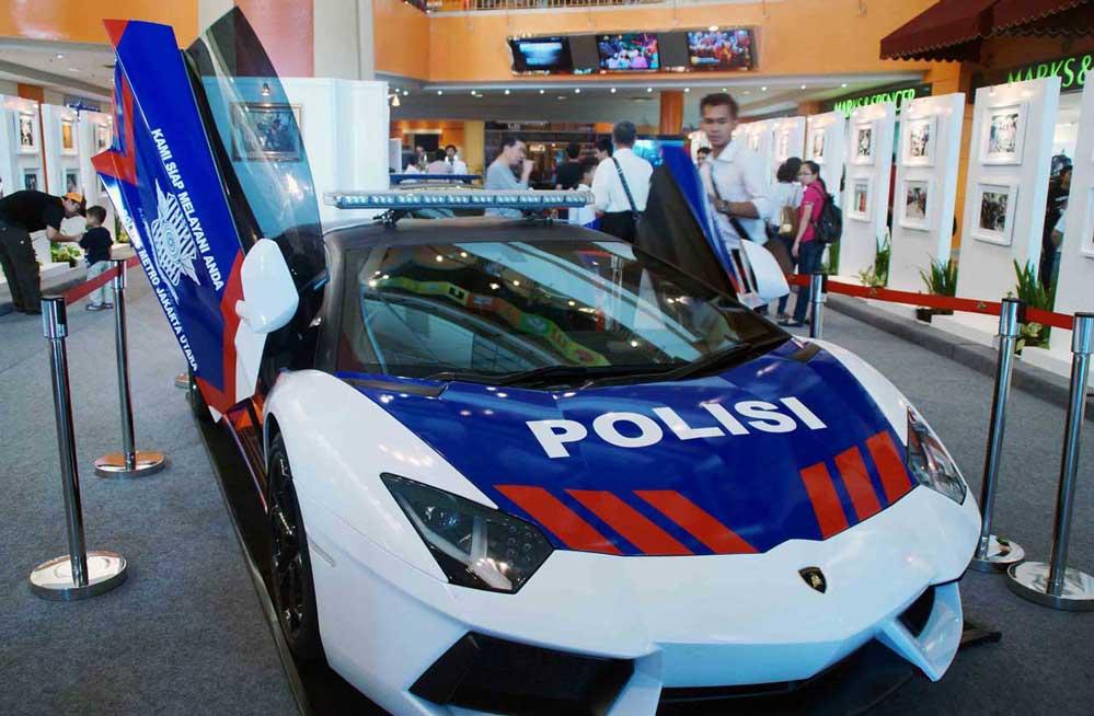 mobil polisi putih