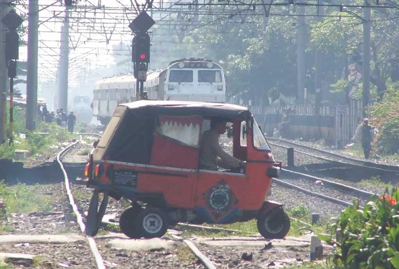 mobil melintas rel kereta api
