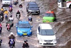 Tips Aman Mengemudi Mobil Melewati Banjir Jalanan