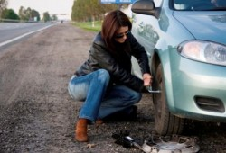 Tips Otomotif Cara Melepas Ban Mobil Sendirian