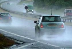 Saat Musim Hujan, Simak Tips Berkendara Di Jalan Licin