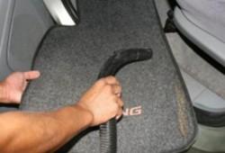 Musim Hujan Tiba, Simak Tips Merawat Karpet Mobil